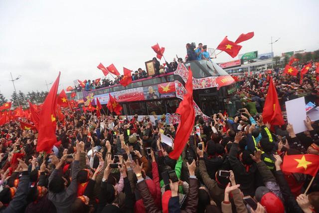 Chùm ảnh: Các cầu thủ U23 Việt Nam đang diễu hành bằng xe buýt mui trần  - Ảnh 1.