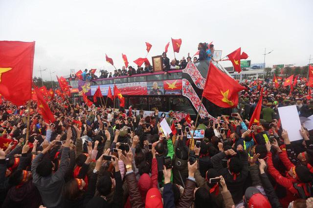 Chùm ảnh: Các cầu thủ U23 Việt Nam đang diễu hành bằng xe buýt mui trần  - Ảnh 2.
