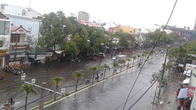 """Clip: Cơn mưa """"lạ"""" ngày U23 Việt Nam trở về khiến Tây Đô chìm trong biển nước - Ảnh 2."""