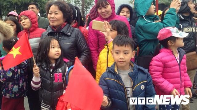 Dân Thủ đô phủ kín nhiều tuyến đường, vác cúp chào đón U23 Việt Nam trở về - Ảnh 11.
