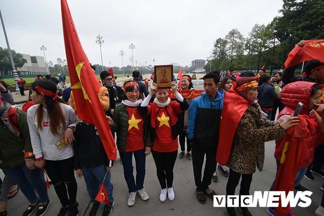 Dân Thủ đô phủ kín nhiều tuyến đường, vác cúp chào đón U23 Việt Nam trở về - Ảnh 16.