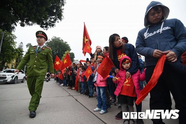 Dân Thủ đô phủ kín nhiều tuyến đường, vác cúp chào đón U23 Việt Nam trở về - Ảnh 17.