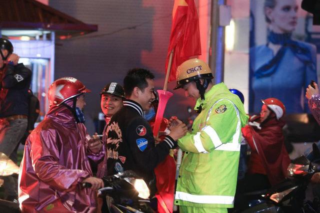 Bất chấp mưa lạnh, fan Việt vẫn xuyên đêm mừng chiến công của U23 Việt Nam - Ảnh 3.