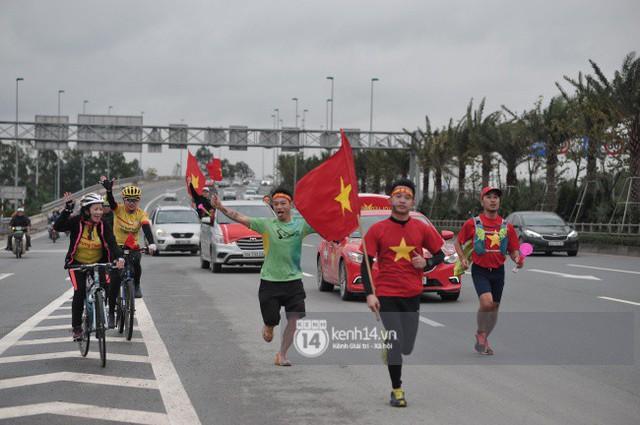 Chùm ảnh: Người hâm mộ cầm cờ Tổ quốc, chạy bộ ra sân bay Nội Bài để đón U23 Việt Nam  - Ảnh 3.