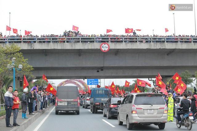 Hàng ngàn người dân đứng chật kín 2 bên đường cầu Nhật Tân chào đón các cầu thủ U23 Việt Nam  - Ảnh 3.