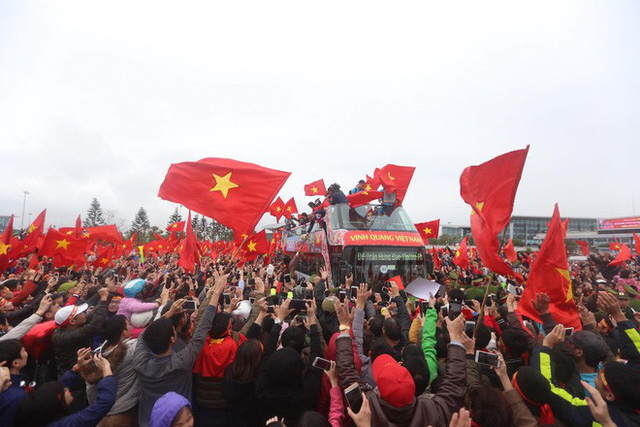 Chùm ảnh: Các cầu thủ U23 Việt Nam đang diễu hành bằng xe buýt mui trần  - Ảnh 3.