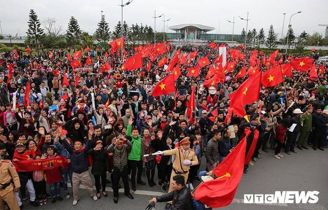 Dân Thủ đô phủ kín nhiều tuyến đường, vác cúp chào đón U23 Việt Nam trở về - Ảnh 3.