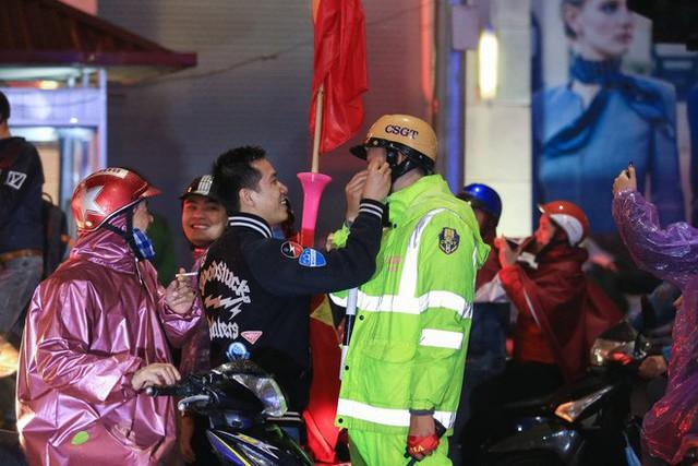 Bất chấp mưa lạnh, fan Việt vẫn xuyên đêm mừng chiến công của U23 Việt Nam - Ảnh 4.