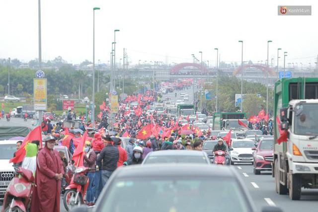 Hàng ngàn người dân đứng chật kín 2 bên đường cầu Nhật Tân chào đón các cầu thủ U23 Việt Nam  - Ảnh 4.