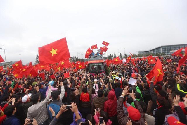 Chùm ảnh: Các cầu thủ U23 Việt Nam đang diễu hành bằng xe buýt mui trần  - Ảnh 4.