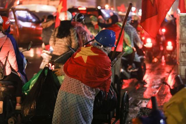 Bất chấp mưa lạnh, fan Việt vẫn xuyên đêm mừng chiến công của U23 Việt Nam - Ảnh 5.