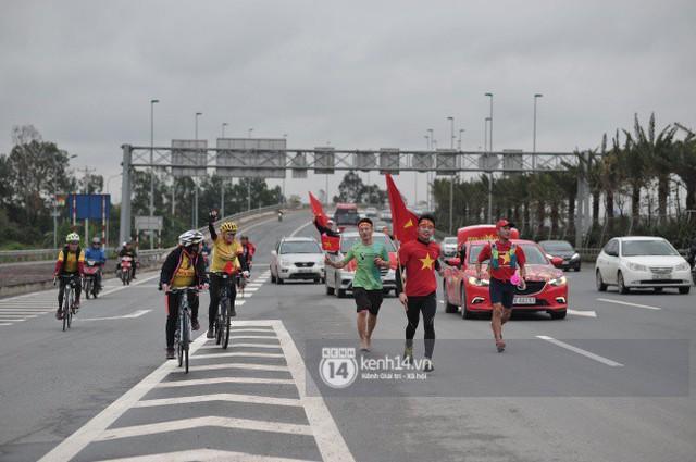 Chùm ảnh: Người hâm mộ cầm cờ Tổ quốc, chạy bộ ra sân bay Nội Bài để đón U23 Việt Nam  - Ảnh 5.