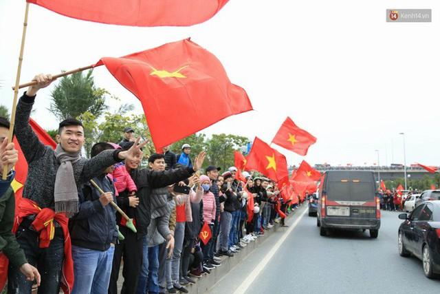 Hàng ngàn người dân đứng chật kín 2 bên đường cầu Nhật Tân chào đón các cầu thủ U23 Việt Nam  - Ảnh 5.