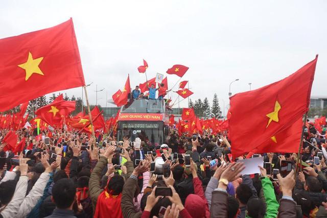 Chùm ảnh: Các cầu thủ U23 Việt Nam đang diễu hành bằng xe buýt mui trần  - Ảnh 5.