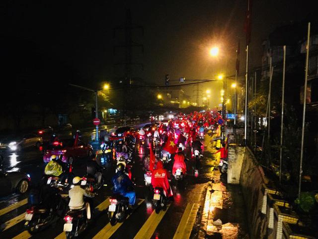 Bất chấp mưa lạnh, fan Việt vẫn xuyên đêm mừng chiến công của U23 Việt Nam - Ảnh 6.