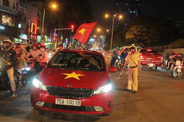 CSGT trong vòng vây của người hâm mộ U23 Việt Nam - Ảnh 6.