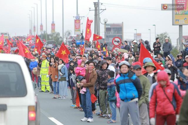 Hàng ngàn người dân đứng chật kín 2 bên đường cầu Nhật Tân chào đón các cầu thủ U23 Việt Nam  - Ảnh 6.