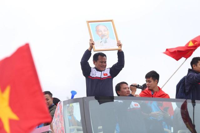 Chùm ảnh: Các cầu thủ U23 Việt Nam đang diễu hành bằng xe buýt mui trần  - Ảnh 6.