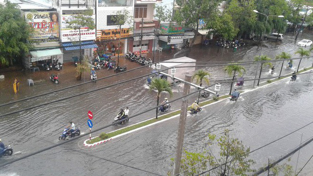 """Clip: Cơn mưa """"lạ"""" ngày U23 Việt Nam trở về khiến Tây Đô chìm trong biển nước - Ảnh 6."""