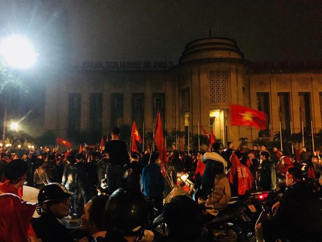 Bất chấp mưa lạnh, fan Việt vẫn xuyên đêm mừng chiến công của U23 Việt Nam - Ảnh 7.