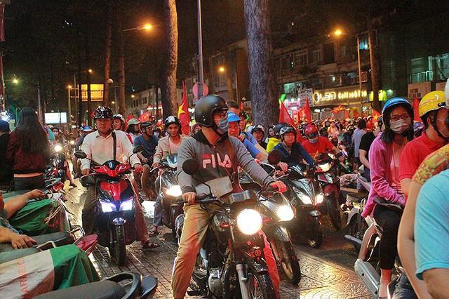 CSGT trong vòng vây của người hâm mộ U23 Việt Nam - Ảnh 7.