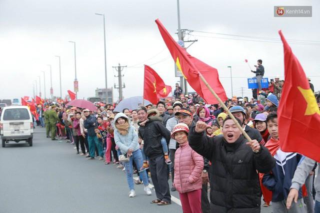 Hàng ngàn người dân đứng chật kín 2 bên đường cầu Nhật Tân chào đón các cầu thủ U23 Việt Nam  - Ảnh 7.