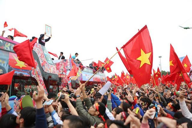 Chùm ảnh: Các cầu thủ U23 Việt Nam đang diễu hành bằng xe buýt mui trần  - Ảnh 7.