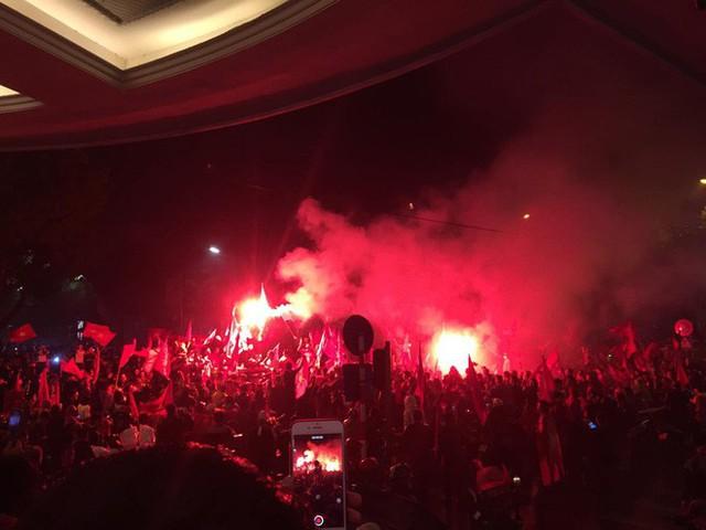 Bất chấp mưa lạnh, fan Việt vẫn xuyên đêm mừng chiến công của U23 Việt Nam - Ảnh 8.