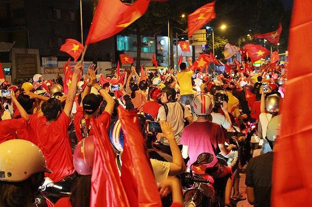 CSGT trong vòng vây của người hâm mộ U23 Việt Nam - Ảnh 8.