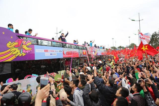 Chùm ảnh: Các cầu thủ U23 Việt Nam đang diễu hành bằng xe buýt mui trần  - Ảnh 8.