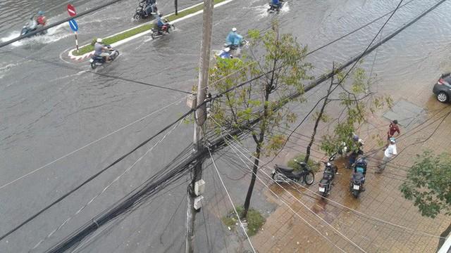"""Clip: Cơn mưa """"lạ"""" ngày U23 Việt Nam trở về khiến Tây Đô chìm trong biển nước - Ảnh 8."""