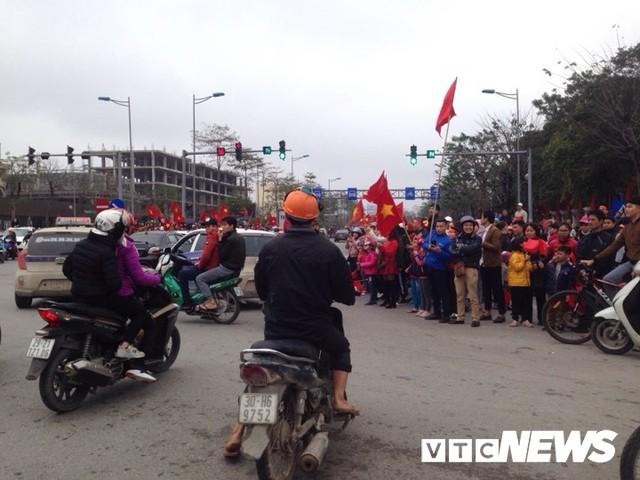 Dân Thủ đô phủ kín nhiều tuyến đường, vác cúp chào đón U23 Việt Nam trở về - Ảnh 9.