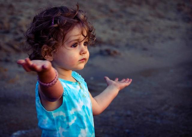 Muốn con hạnh phúc thì đừng dạy con làm thế nào để thành công, hãy dạy con lớn lên một cách tự tin và biết yêu thương - Ảnh 1.