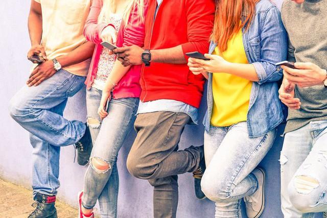 Dán mặt vào những chiếc màn hình đã làm suy giảm hạnh phúc của cả một thế hệ - Ảnh 2.