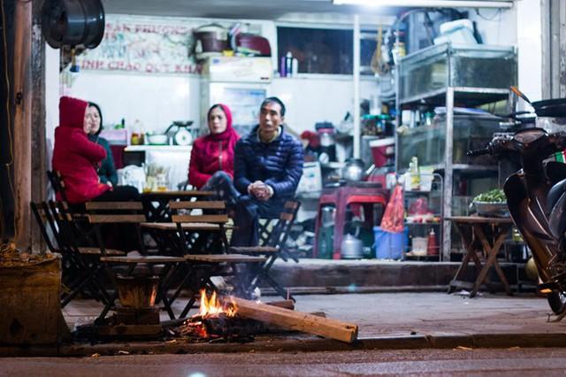 Người Hà Nội đốt lửa sưởi ấm trong đêm đông giá lạnh - Ảnh 11.