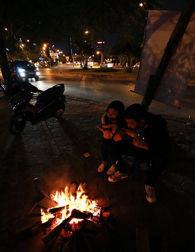 Người Hà Nội đốt lửa sưởi ấm trong đêm đông giá lạnh - Ảnh 12.