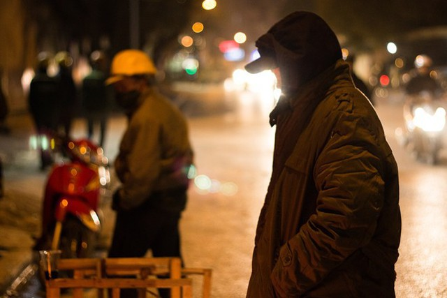 Người Hà Nội đốt lửa sưởi ấm trong đêm đông giá lạnh - Ảnh 14.