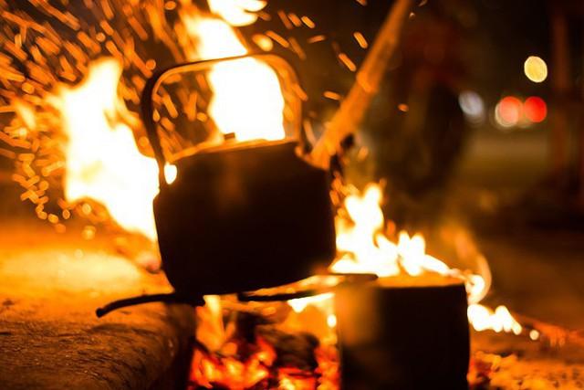 Người Hà Nội đốt lửa sưởi ấm trong đêm đông giá lạnh - Ảnh 15.