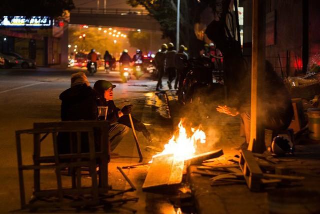 Người Hà Nội đốt lửa sưởi ấm trong đêm đông giá lạnh - Ảnh 16.