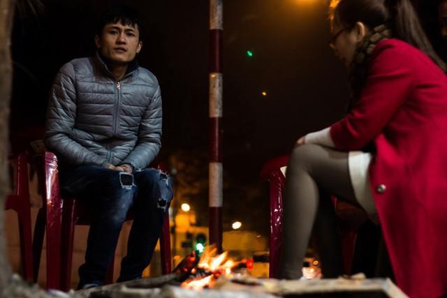 Người Hà Nội đốt lửa sưởi ấm trong đêm đông giá lạnh - Ảnh 5.