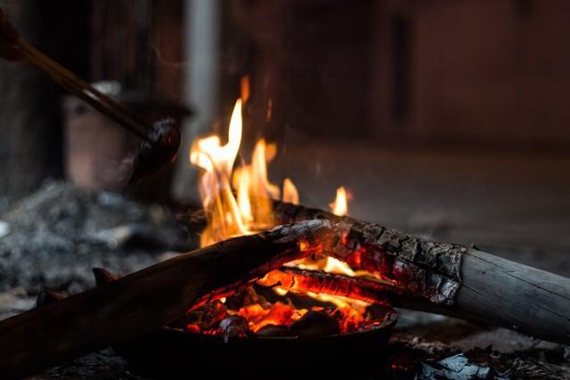 Người Hà Nội đốt lửa sưởi ấm trong đêm đông giá lạnh - Ảnh 7.