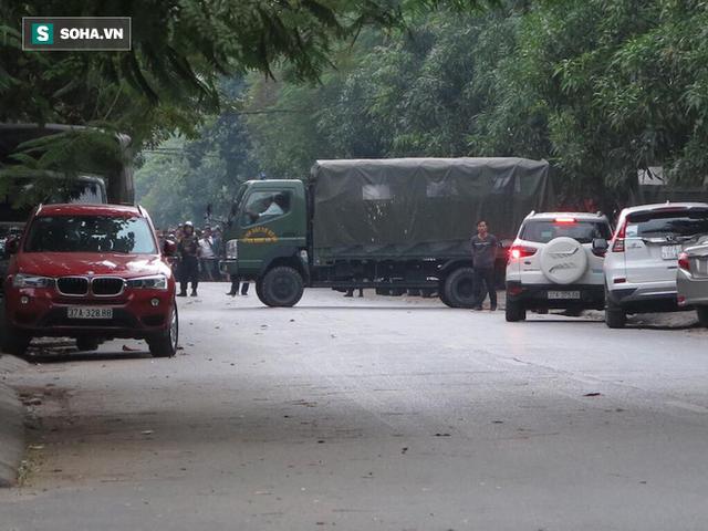 Cảnh sát dùng súng bắn tỉa vây bắt đối tượng hình sự cố thủ trong nhà ở Nghệ An - Ảnh 4.