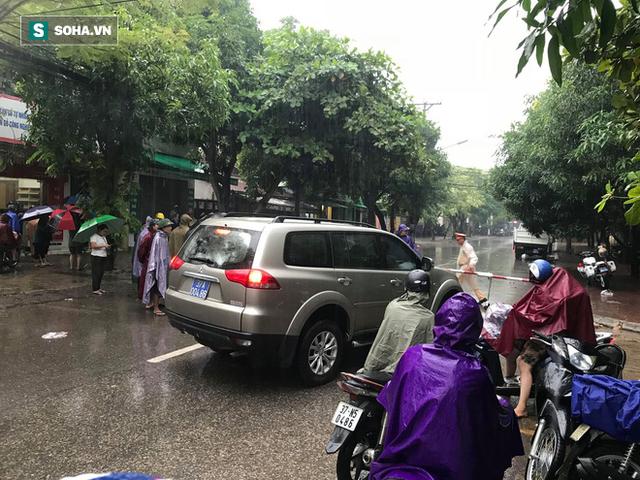 Cảnh sát dùng súng bắn tỉa vây bắt đối tượng hình sự cố thủ trong nhà ở Nghệ An - Ảnh 2.