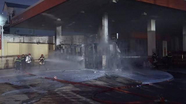 Cây xăng ở quận 12 cháy dữ dội, dân tháo chạy - Ảnh 2.