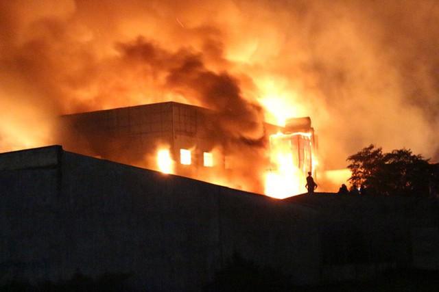 [NÓNG] Hàng trăm chiến sĩ đang gồng mình chữa cháy tại công ty gỗ - Ảnh 1.