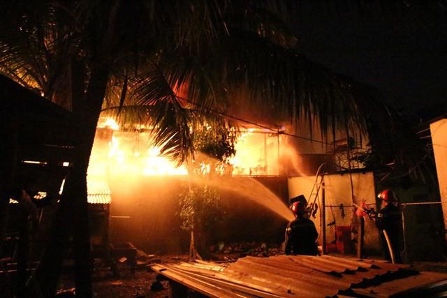 [NÓNG] Hàng trăm chiến sĩ đang gồng mình chữa cháy tại công ty gỗ - Ảnh 2.