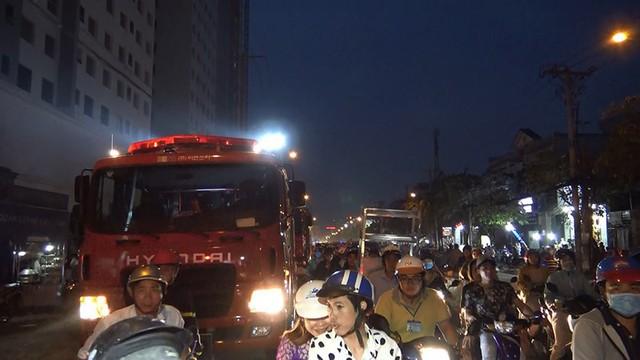 Cây xăng ở quận 12 cháy dữ dội, dân tháo chạy - Ảnh 4.