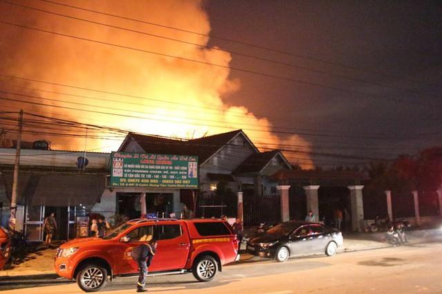 [NÓNG] Hàng trăm chiến sĩ đang gồng mình chữa cháy tại công ty gỗ - Ảnh 4.