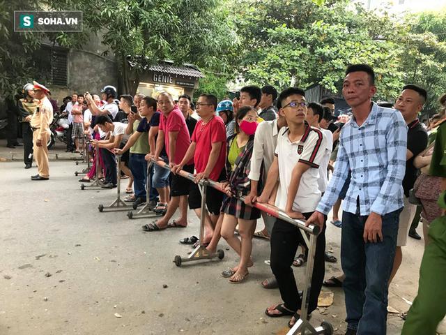 Cảnh sát dùng súng bắn tỉa vây bắt đối tượng hình sự cố thủ trong nhà ở Nghệ An - Ảnh 8.