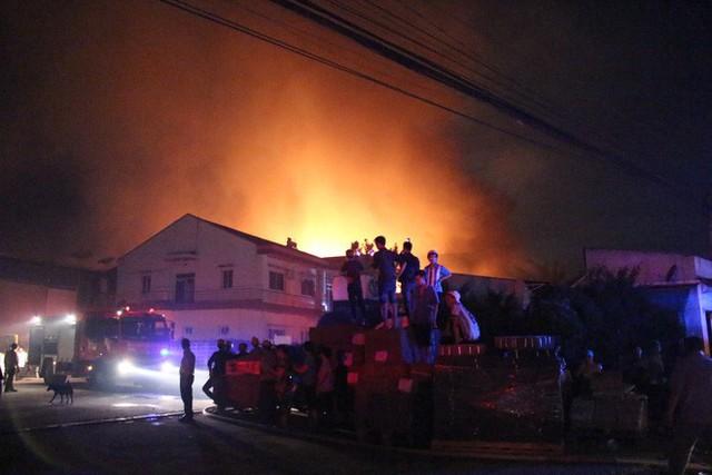 [NÓNG] Hàng trăm chiến sĩ đang gồng mình chữa cháy tại công ty gỗ - Ảnh 5.